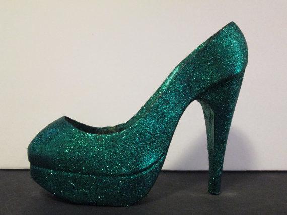 A (sugar) emerald slipper. Genius. [image from Sweet Pea Sugar Art]